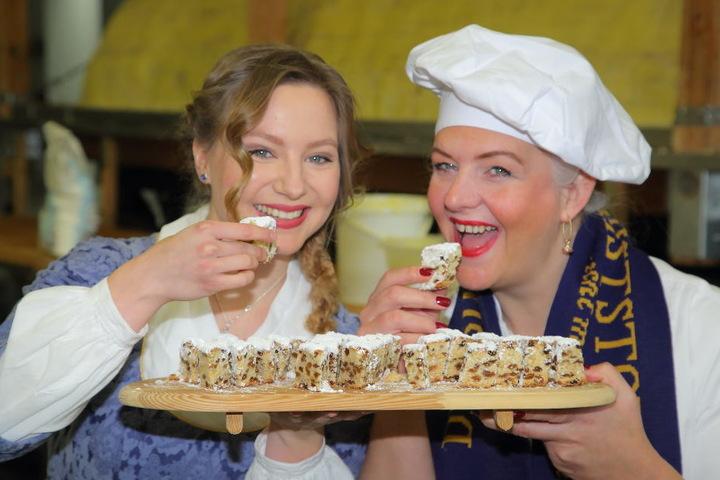 Stollenmädchen Lina Trepte (18, l.) und TV-Bäckerin Betty Schliephake-Burchardt (47) kosteten schon mal vom Riesenstriezel.