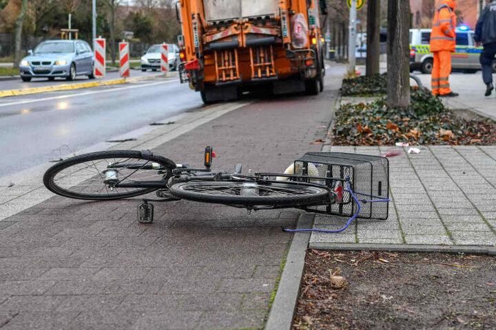 Dabei wurde ein Radfahrer von einem Müllfahrzeug erfasst.