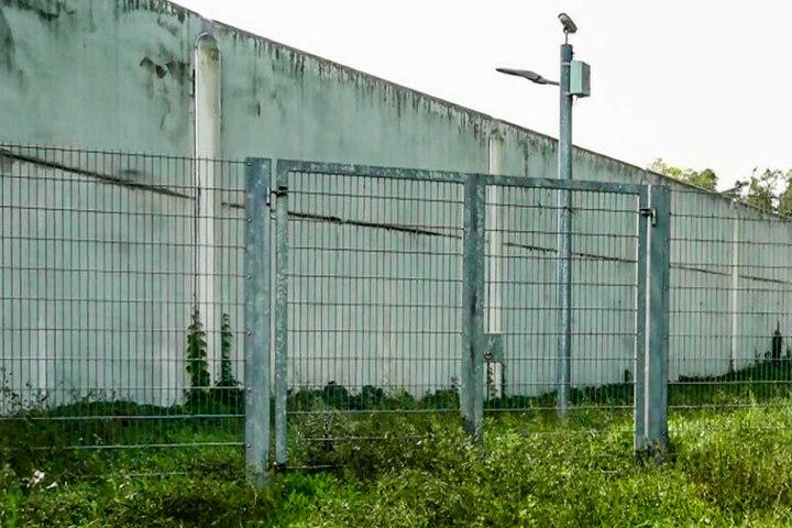 Ein Blick auf die Zäune der Jugendstrafanstalt in Schifferstadt: Dort hat sich Abdul D. in einer Zelle umgebracht.
