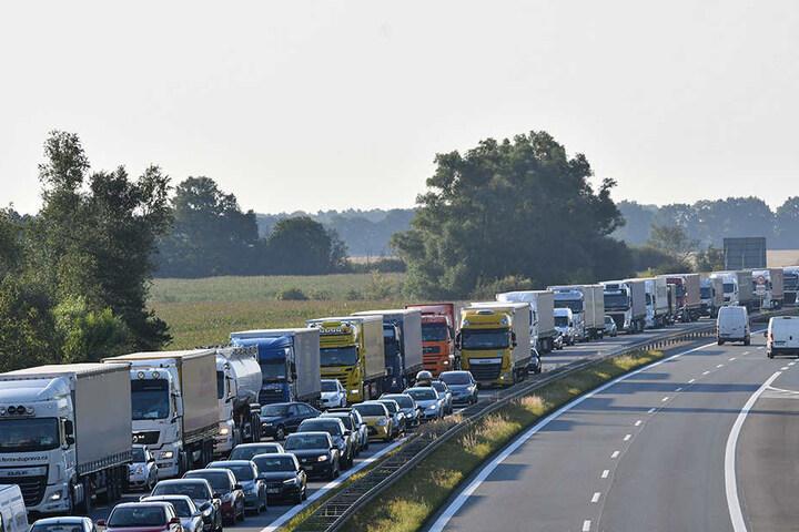 Über zehn Kilometer hat sich bereits der Stau gebildet. Viele Lkw- und Pkw-Fahrer müssen sich noch bis zum Abend gedulden, erst dann soll die Sperrung aufgehoben werden.