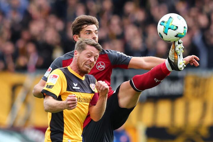 Nürnbergs Tim Leibold (r.) kommt mit dem Fuß vor Andreas Lambertz an den Ball.