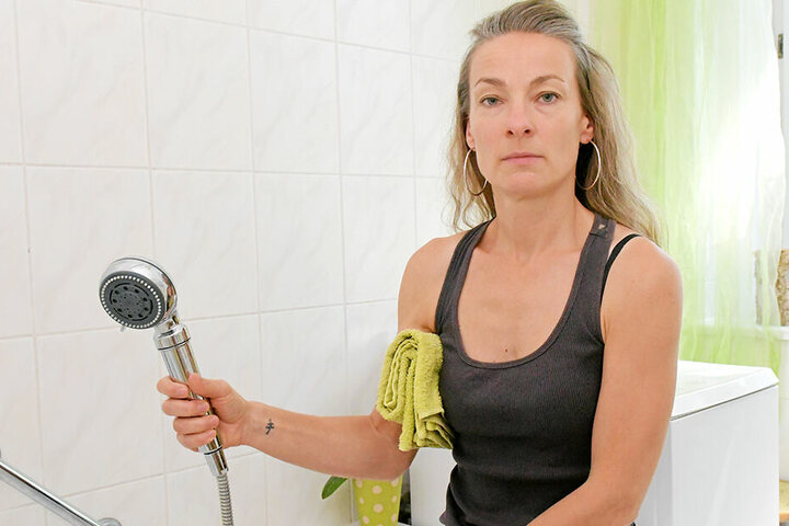 Zwar wurden bei Mieterin Elisabeth Jahnke (42) nach dem Duschverbot Filter eingebaut. Da Vonovia jedoch noch keine Keim-Entwarnung der Wasseranlage geben konnte, duscht die Dresdnerin lieber auswärts.