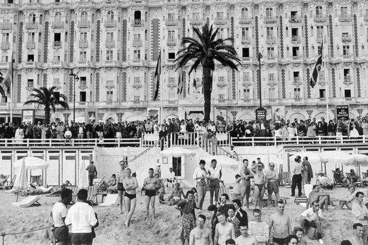Schaulustige und Fotografen warten am 03.05.1959 am Strand von Cannes vor dem Hotel Carlton während der 12. Internationalen Filmfestspiele auf Stars und Sternchen.