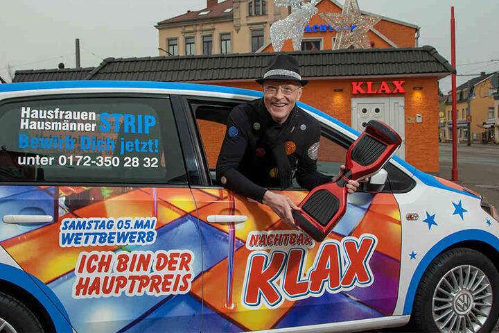 Nachtclub-Chef Wolle Förster im Hauptgewinn: Wer am besten stript, darf den VW Up mit nach Hause nehmen.