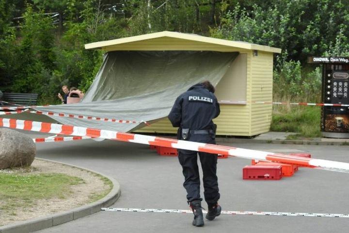 Eine Kollegin der Kriminaltechnik sichert Spuren am Tatort - einer Imbissbude auf dem Gelände des Freizeitparks.