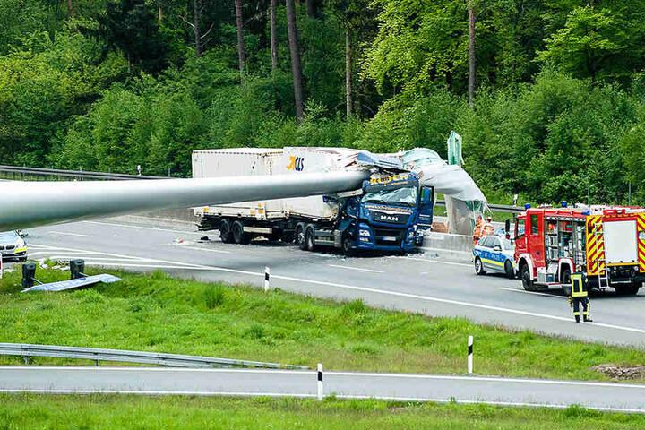 Einmal komplett durch den Lkw bohrte sich der Flügel.