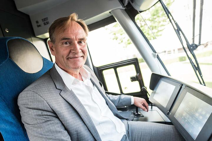 Ungewohnte Perspektive: Taufpate Burkhard Jung in der Fahrerkabine der XL. Die Jungfernfahrt führte ihn unter anderem durch Gohlis.