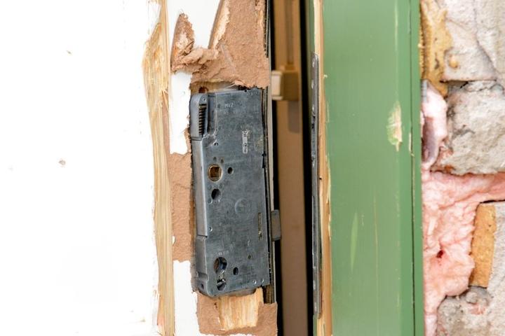 Die Täter zerrammelten sämtliche Türen, richteten einen Schaden von rund 4000  Euro an.