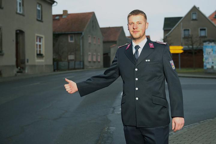 Feuerwehrmann Enrico Wetzko (27) eilte per Anhalter zum Gerätehaus.
