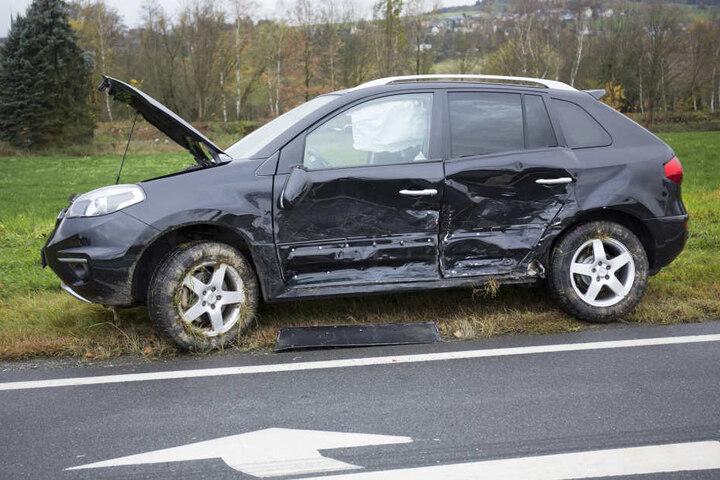 Durch die Wucht des Zusammenstoßes wurde der Renault-SUV in den Straßengraben geschleudert.