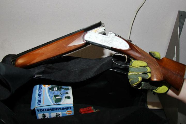 Eine abgesägte Schrotflinte, die von der Polizei im vergangenen Jahr bei einer Razzia in Duisburg sichergestellt wurde