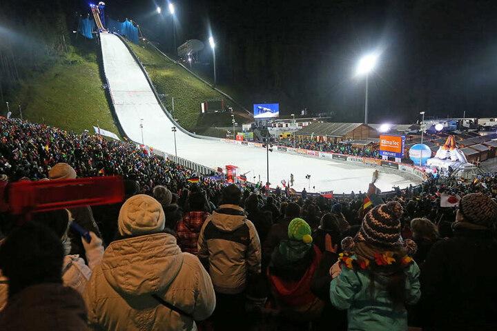 Vom 13. bis 15. Dezember macht nach zwei Jahren Pause wieder der Weltcup der Skispringer in Klingenthal Station. Diesem Termin wollen die Auer aus dem Weg gehen, um sich nicht gegenseitig Zuschauert zu ziehen.