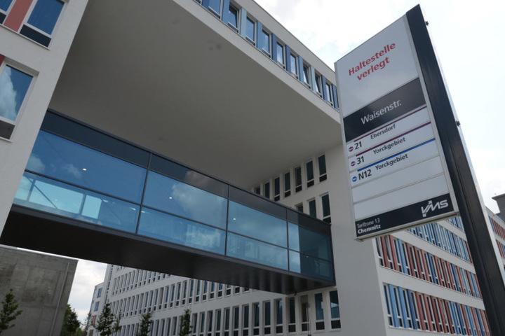 Derzeit wird die Bushaltestelle vor dem Technischen Rathaus noch gebaut. Mit Beginn des neuen Schuljahrs soll sie in Betrieb gehen.