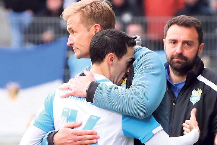 Gut gemacht! Coach David Bergner umarmt Rafael Garcia.