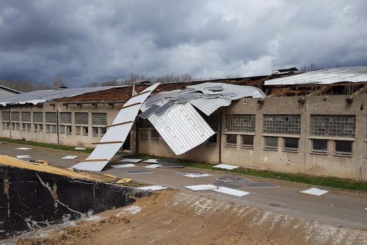 Die Windhose deckte das Dach fast komplett ab.