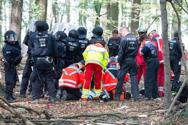 Ärzte und Sanitäter versorgten den Mann nach dem Sturz, die Polizei kümmerte sich ebenfalls um das Opfer.