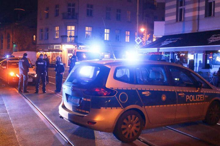 Die Polizei sperrte die Unfallstelle ab. Deswegen wurde der Tramverkehr der Linie M21 unterbrochen.