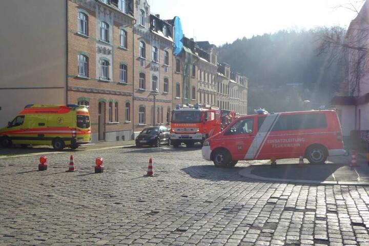 Die hinzugerufenen Einsatzkräfte der Feuerwehr und Polizei sperrten den Bereich und die anliegende Fichtestraße für den Verkehr ab.