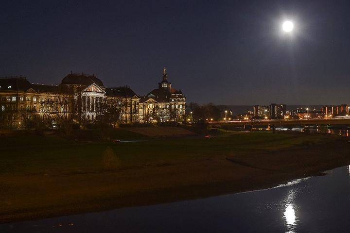 Ein unvergesslicher Anblick: Der Supermond strahlt über Dresden.