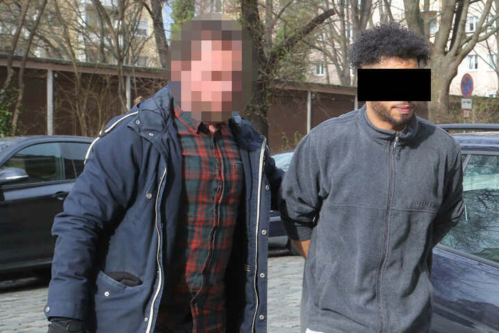 Ein Beamter führt den 38-Jährigen zum Haftrichter.