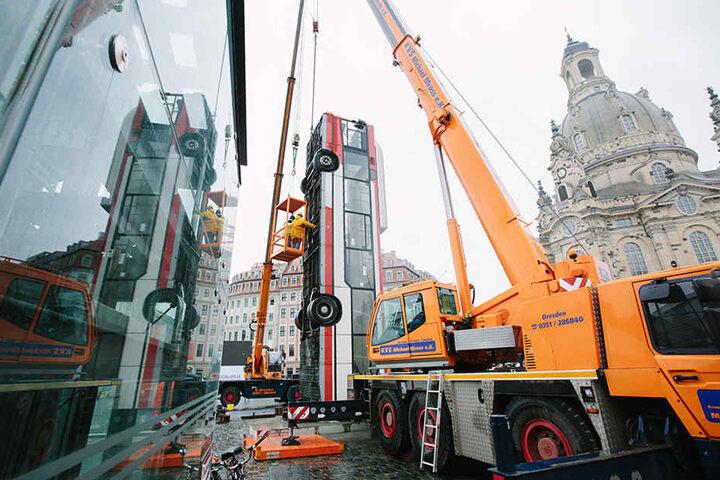 """Die Bus-Installation """"Monument"""" wird Anfang April in Dresden auf dem Neumarkt demontiert und für den Transport nach Berlin vorbereitet."""