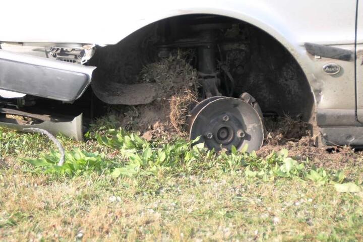 Die Audi-Fahrerin grub mit ihrer Felge Teile der Tankstellen-Wiese um.
