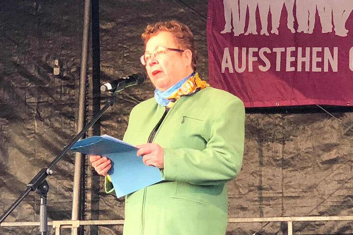 """Dr. Ruth Röcher (64), Vorsitzende der jüdischen Gemeinde Chemnitz, spricht bei """"Solidarität statt Rassismus"""". """"Wo gegen Minderheiten gehetzt wird, ist kein Ort für Juden. Aber die Mehrheit der Chemnitzer lehnt Hetze ab."""""""