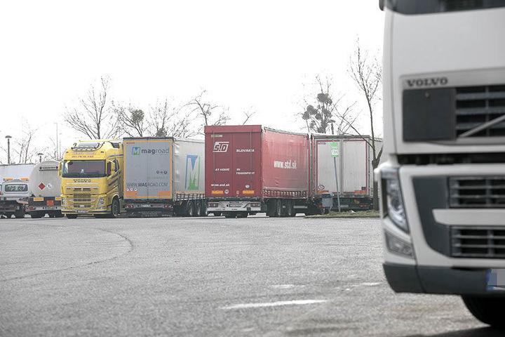 Zwischen den geparkten Lastern konnten sich die Diebe unbemerkt durchschleichen.