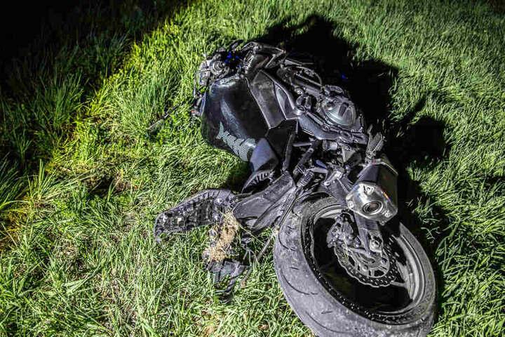 Das verunfallte Motorrad liegt in einem Grünstreifen.