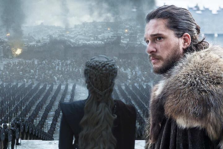 Die Beziehung von Aegon Targaryen alias Jon Schnee (r., Kit Harington) und Daenerys Targaryen (Emilia Clarke) endet auf grausame Weise.