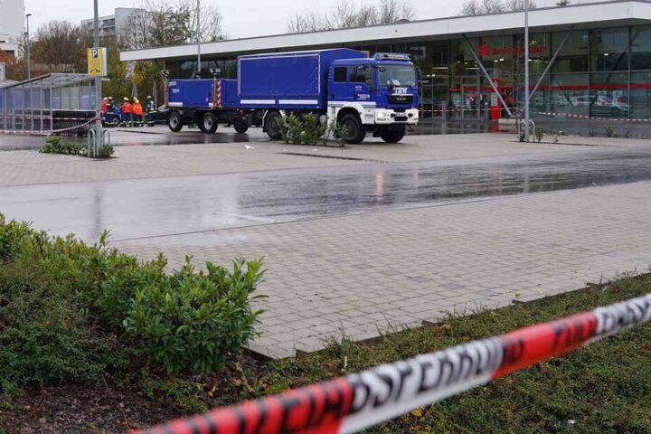 Ein Fahrzeug des THW steht auf dem Gelände des Einkaufszentrums in Göppingen, in dessen Nähe die männliche Leiche aufgefunden wurde.
