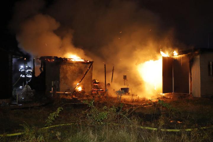 Vier Lauben brannten in einer Kleingartenanlage lichterloh.