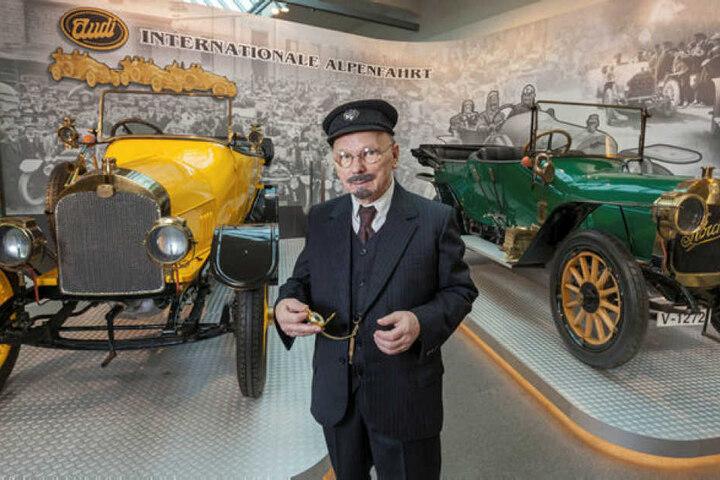 Museumsführer Bernd Göpfert alias August Horch zwischen einem Audi 10 von 1911/1916 und einem fast baugleichen Horch.
