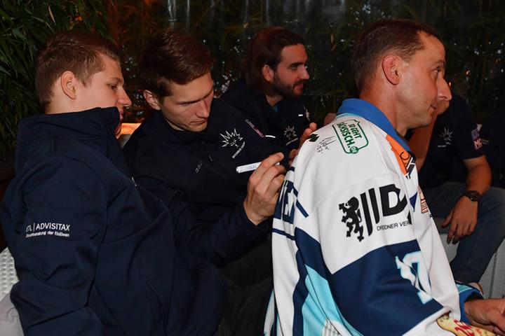 Trotz zehn Kilo weniger erkannten die Fans Arturs Kruminsch wieder und er musste fleißig Autogramme schreiben.