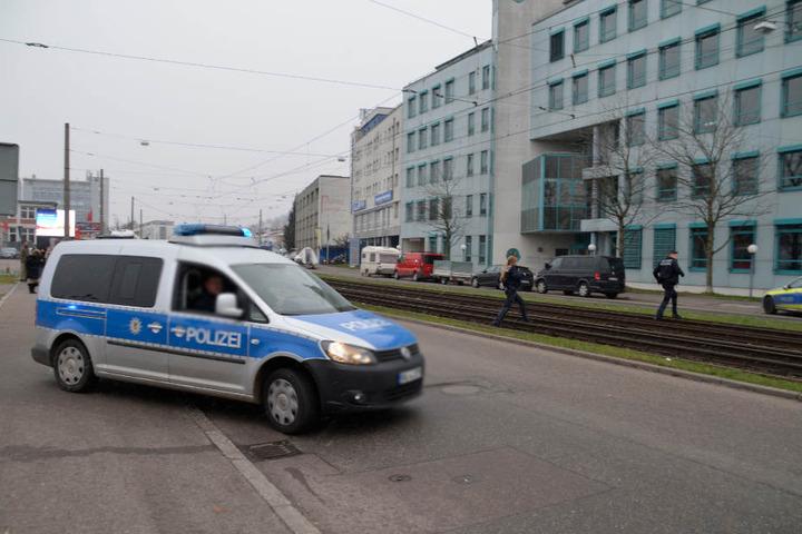 Selbst über Schienen sind die Beamten gesprungen, um einzugreifen.