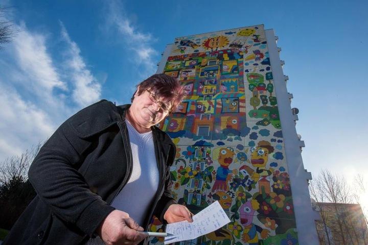 Gudrun Wagner (60) vor dem bunten Hochhaus im Heckert-Gebiet: Einbrecher drangen dort zum wiederholten Mal in die Keller ein.