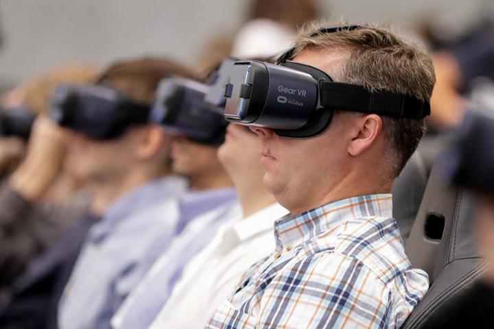 Vor allem Fans der Virtual-Reality-Technik kommen auf ihre Kosten. Microsoft will frischen Wind in den Markt bringen.