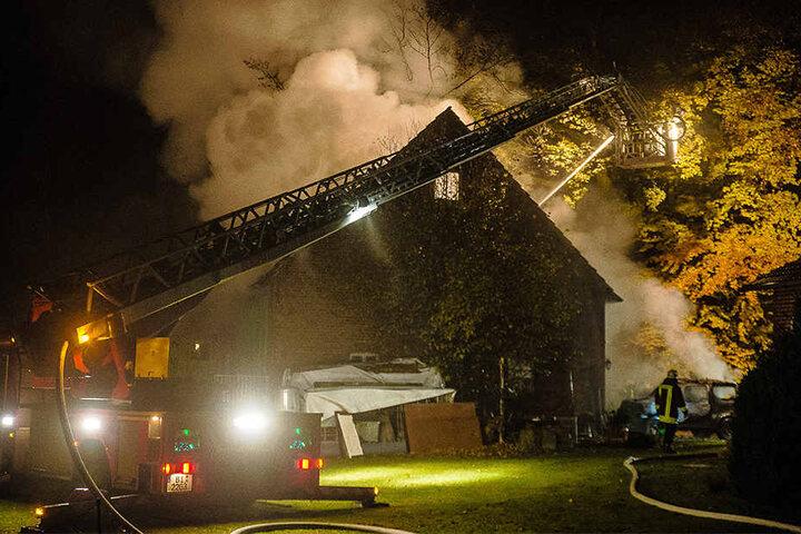 Dreieinhalb Stunden lang musste die Feuerwehr die Flammen bekämpfen.