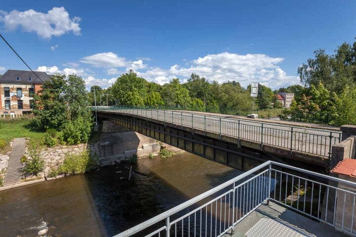 Derzeit laufen noch Baumaßnahmen auf der Brücke, wird neuer Asphalt aufgebracht. Klar ist aber: Es muss ein Neubau her.