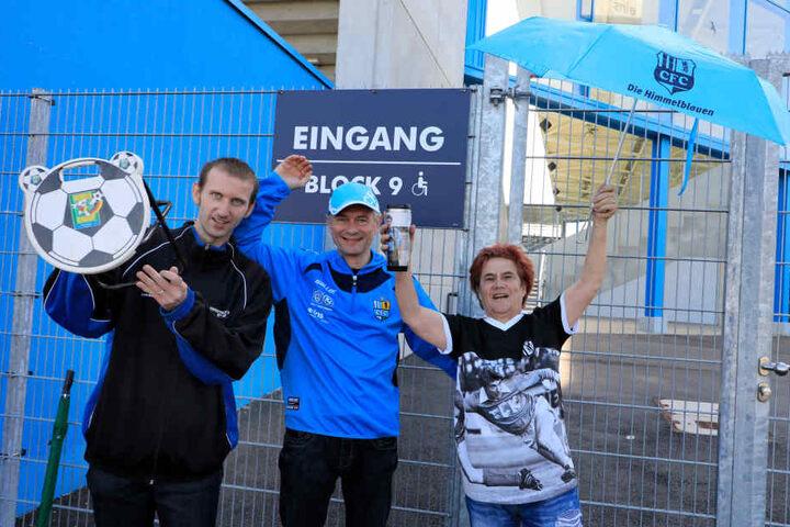 Seit 7 Uhr stehen schon die ersten Fans. vl: Andy Müller, Harald Reiner und Martina Hartwig.