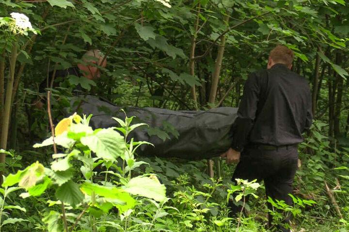 Die Leiche wurde von Bestattern abtransportiert.