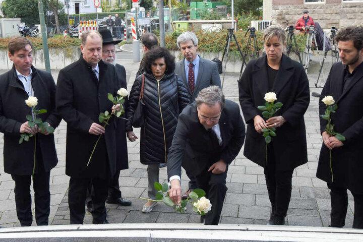 NRW-Ministerpräsident Armin Laschet (CDU) beim Niederlegen einer weißen Rose.