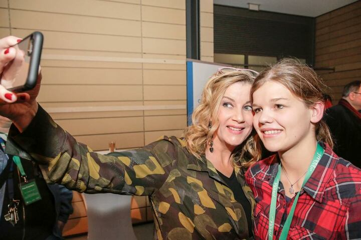 Sachsenklinik-Verwaltungsdirektorin Sarah Marquardt (gespielt von Alexa Maria Surholt) macht Selfies mit Fans.