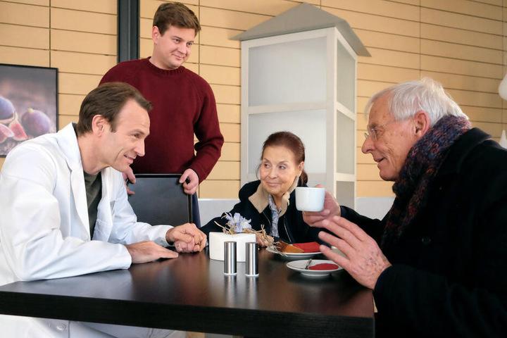 """""""In aller Freundschaft""""-Schauspieler Rolf Becker (r., neben seiner am 1. Februar verstorbenen Serien-Ehefrau Ursula Karusseit) ist im Riverboat zu Gast."""