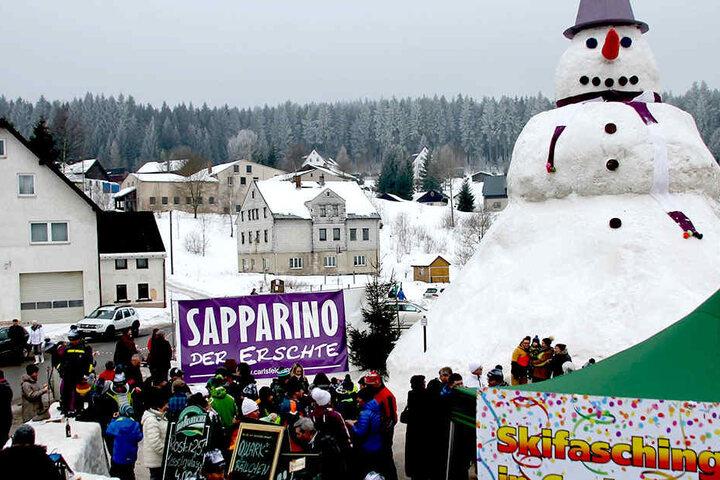 """15,5 Meter hoch, 135 Tonnen schwer: Der Riesenschneeman wurde übrigens auf  den Namen """"Sapparino I"""" getauft."""