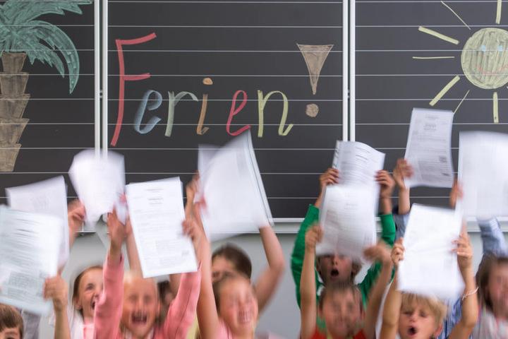 Der letzte Schultag am 23. Juni wird in Chemnitz ein kurzer: Denn bis 9 Uhr müssen alle Zeugnisse ausgegeben sein.