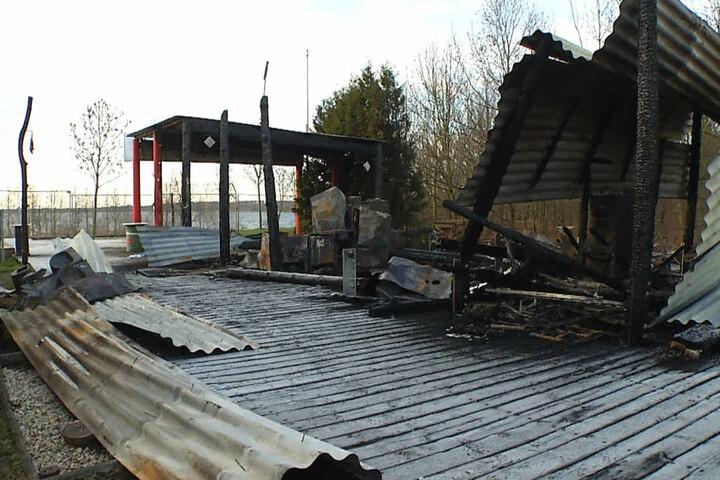 Das komplette Inventar der beliebten Eisdiele am Cospudener See wurde zerstört.