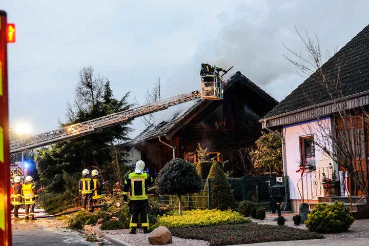Die Feuerwehr musste einen Baum fällen, um mit der Drehleiter an das Feuer heranzukommen.