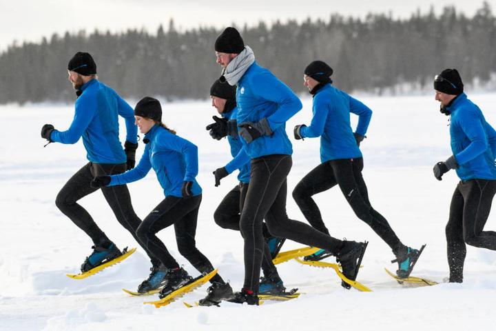Die Kandidaten treten beim Schneeschuh-Biathlon gegeneinander an.