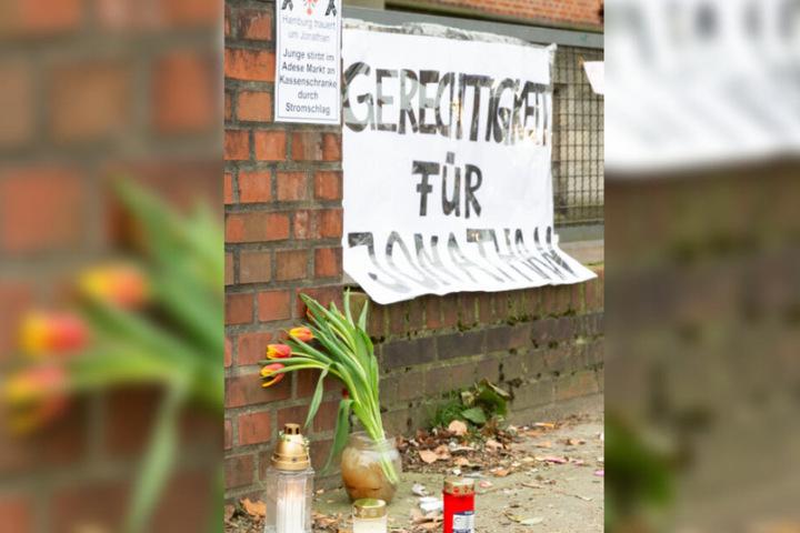 In Gedenken an Jonathan haben Menschen Blumen und Kerzen vor dem Amtsgericht aufgestellt.